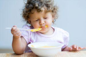 У детей, которых кормили с ложечки, больше шансов стать тучными