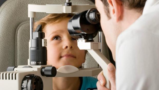 При нарушении зрения у ребёнка необходимо обратиться к детскому окулисту
