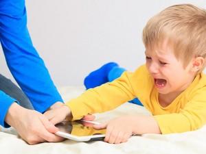 Ученые: гаджеты и игрушки не заменят детям живого общения с родителями