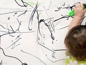 Ребенок рисует на обоях — что делать?