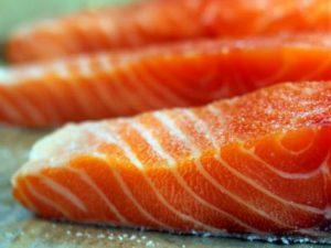 Употребление жирной рыбы во время беременности защитит ребенка от астмы