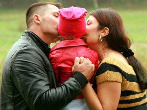 Психологи призывают родителей обниматься и целоваться в присутствии своих детей