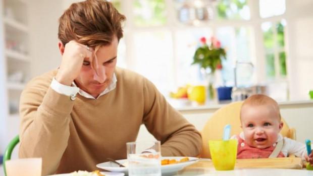 Ученые рассказали о послеродовой депрессии у мужчин