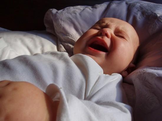 Ребенок просыпается ночью с истерикой и кричит: возможные причины.