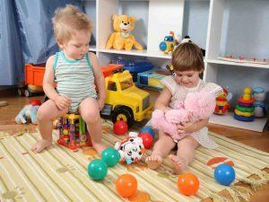 Полезные игрушки первого года жизни: как подобрать, на что обратить внимание