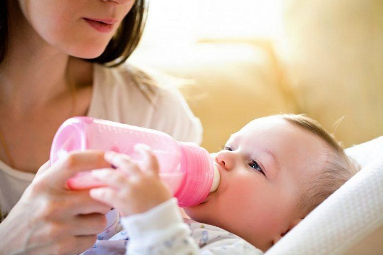 Правильное кормление новорожденного из бутылочки