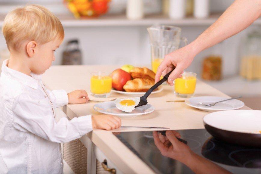 Завтрак с высоким содержанием белка полезнее для ребенка