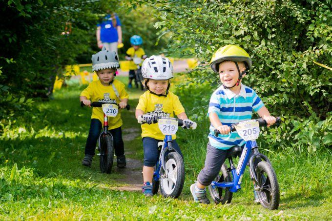 Как научить ребенка кататься на беговеле