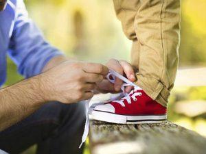 Как научить ребенка завязывать шнурки?