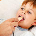 Чем лечить красное горло у ребенка: лекарственные препараты и народные средства