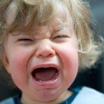 Почему малыш все тянет в рот: сосательный рефлекс