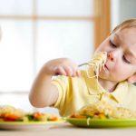 Ребенок плюется едой - что делать?