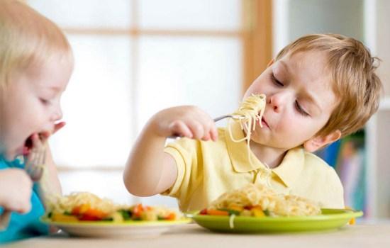 Ребенок плюется едой — что делать?