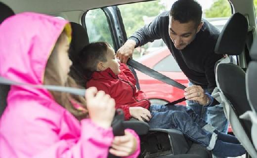 Ученые не рекомендуют отвозить детей в школу на машине