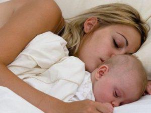 Малышам нужно спать вместе с мамой до трех-четырех лет
