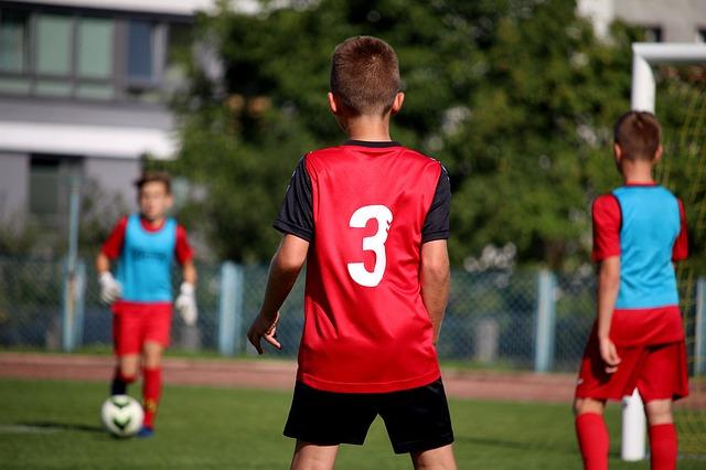Детям нельзя играть в футбол и хоккей до 18 лет — исследование