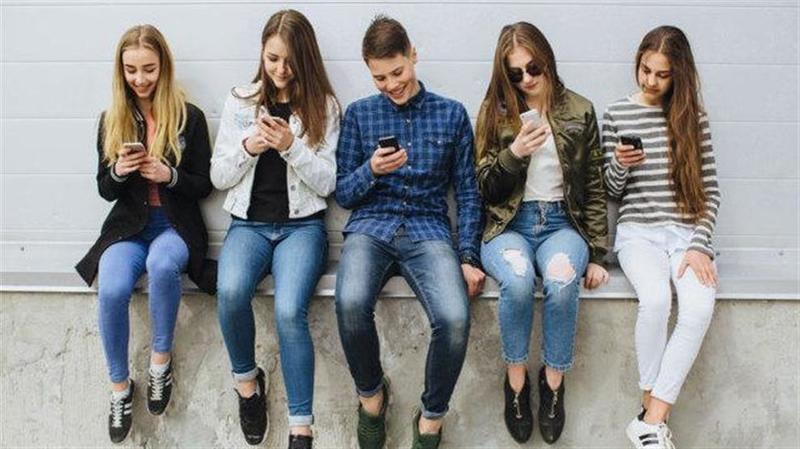 «Продолжение мозгов»: Подростки о смартфонах