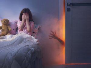 Ребенок боится темноты. Во что поиграть, чтобы избавиться от страха?