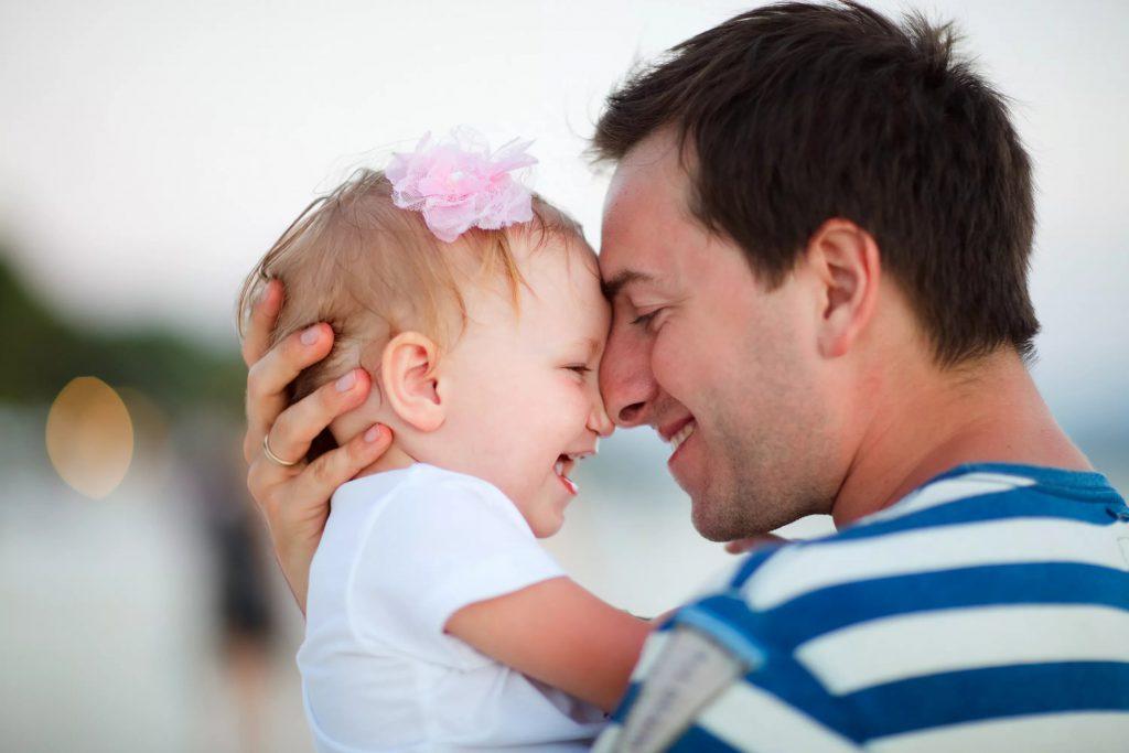 Почему рекомендуется держать новорожденного столбиком после кормления?