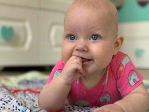 Ребенок не хочет, чтобы его мазали кремом при атопическом дерматите. Что делать?