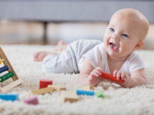Почему так важно выкладывать малыша на животик: 3 причины