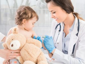 Как подготовить малыша к прививке и помочь её легко перенести?